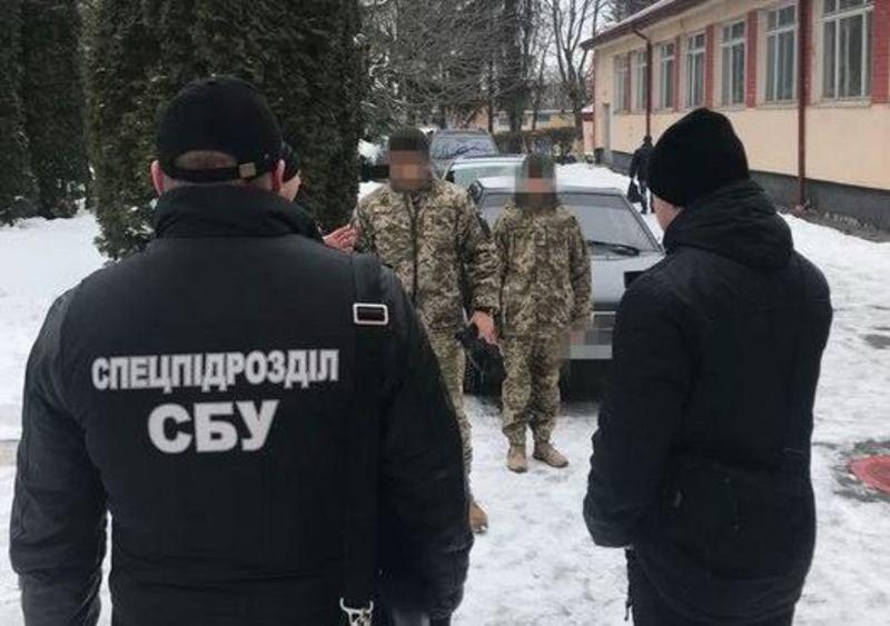Правоохоронці «взяли» командира під час одержання чергової щомісячної данини
