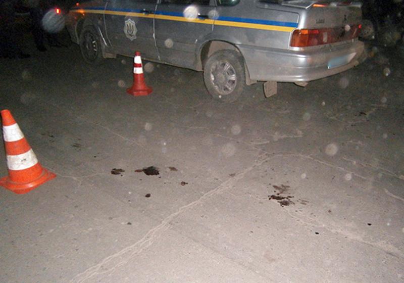 За версією слідства, чоловіки хотіли висмикнути правоохоронців зі службового автомобіля