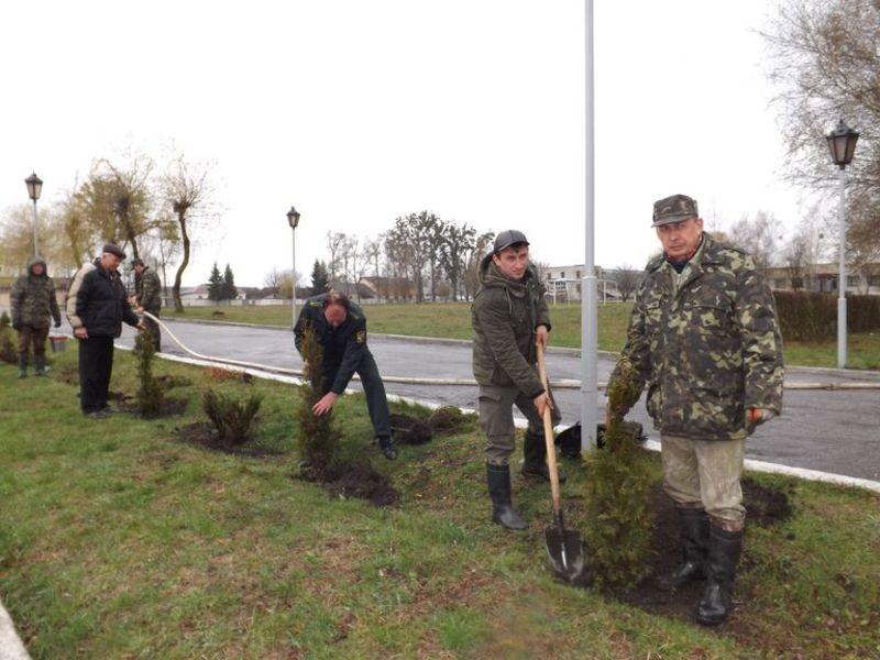 Бійці строкової служби й офіцери дбайливо розпланували місця озеленення.