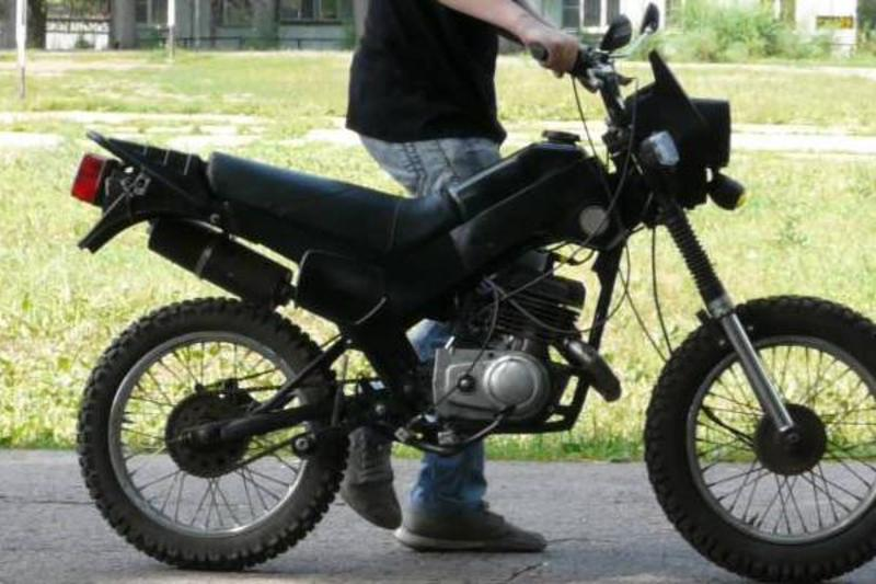 П'яний чоловік вкрав мотоцикла прямо перед камерою спостереження