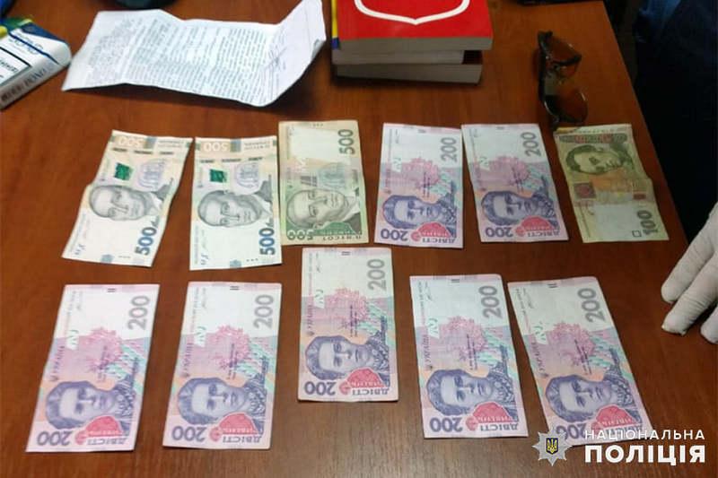 Чоловіка затримали під час передачі частини грошей