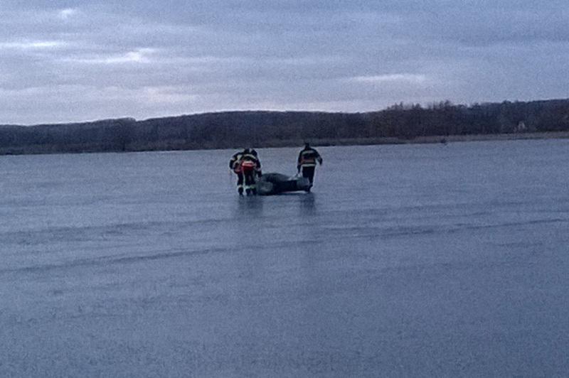 Рятувальники витягли чоловіка з льодяної пастки