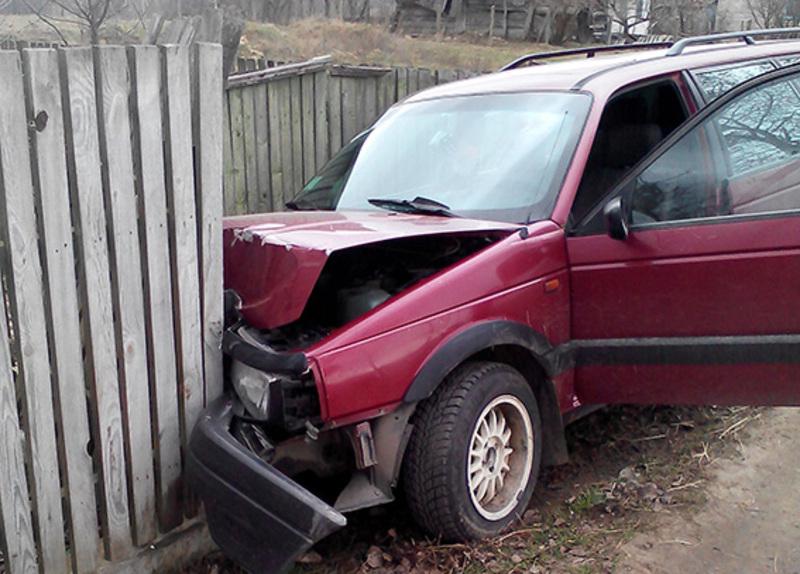 Чоловік на викраденому авто врізався в паркан