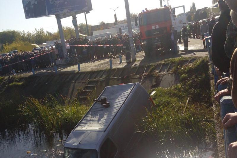Автомобіль з річки виймали рятувальники