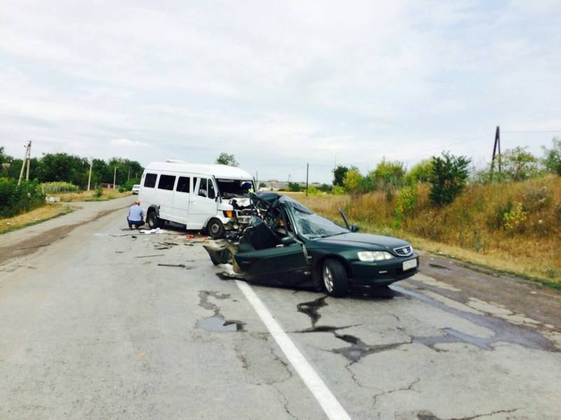 Внаслідок аварії водій легковика загинув, водій і пасажири мікроавтобуса травмовані