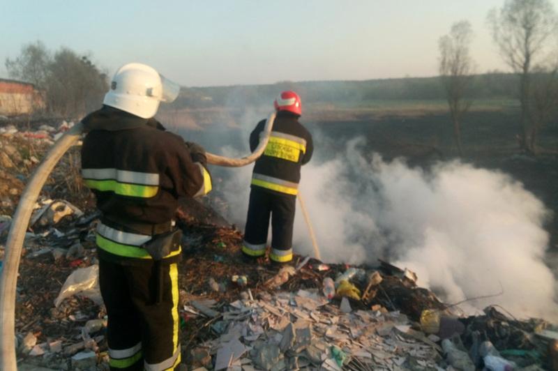 Славутські рятувальники ліквідували пожежу сухої трави на відкритій території