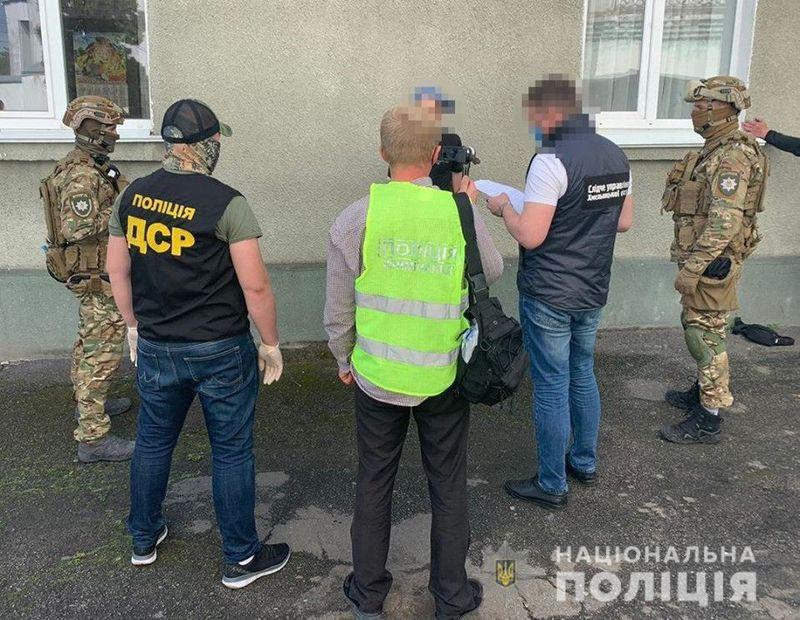 На Хмельниччині затримали групу осіб за вимагання коштів та схиляння до наркоторгівлі