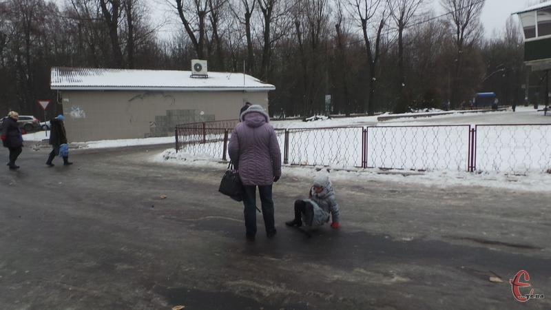 Льодом покрились дороги і тротуари в обласному центрі