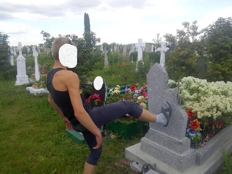 Хлопець побив пам'ятник діда
