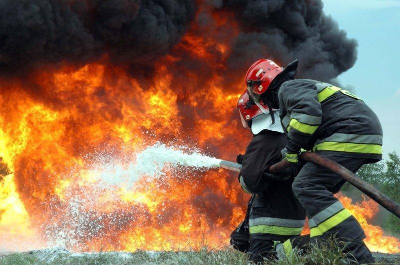 На Хмельниччині палав цех з переробки деревини