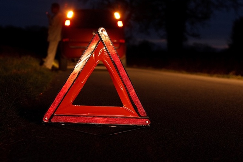 Жінка не впорала з керуванням на нічній дорозі