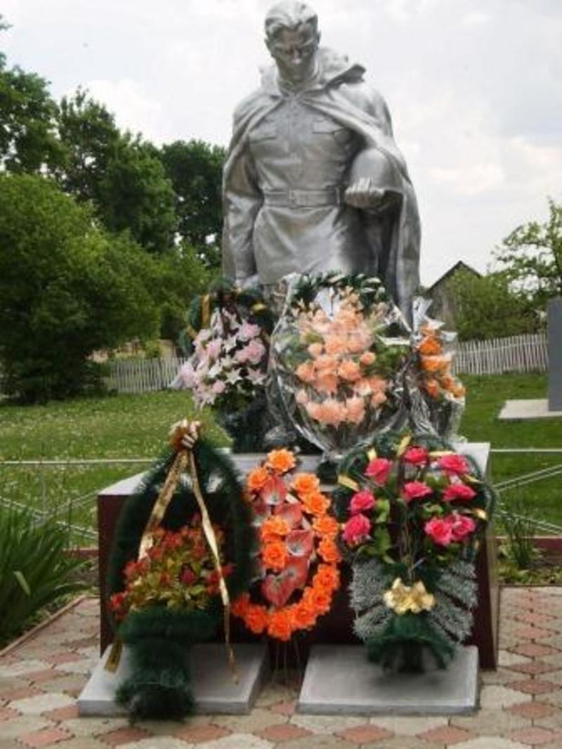 Перепоховання останків радянських воїнів набуває особливого символізму, враховуючи відзначення на державному рівні 70-ї річниці Перемоги над нацизмом у Європі.