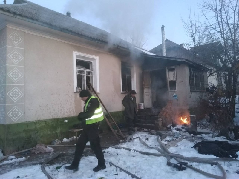 Під час ліквідації пожежі вогнеборці врятували чоловіка та виявили бездиханне тіло жінки