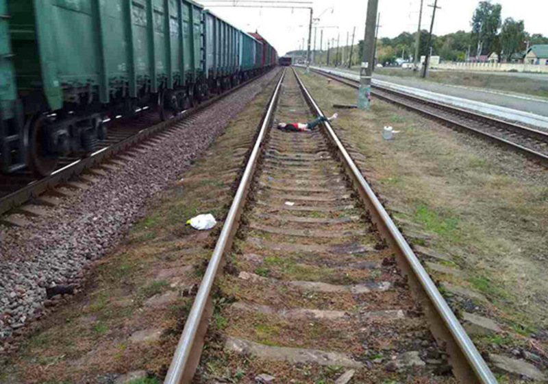 У Славуті під колесами вантажного потягу загинув 20-річний юнак