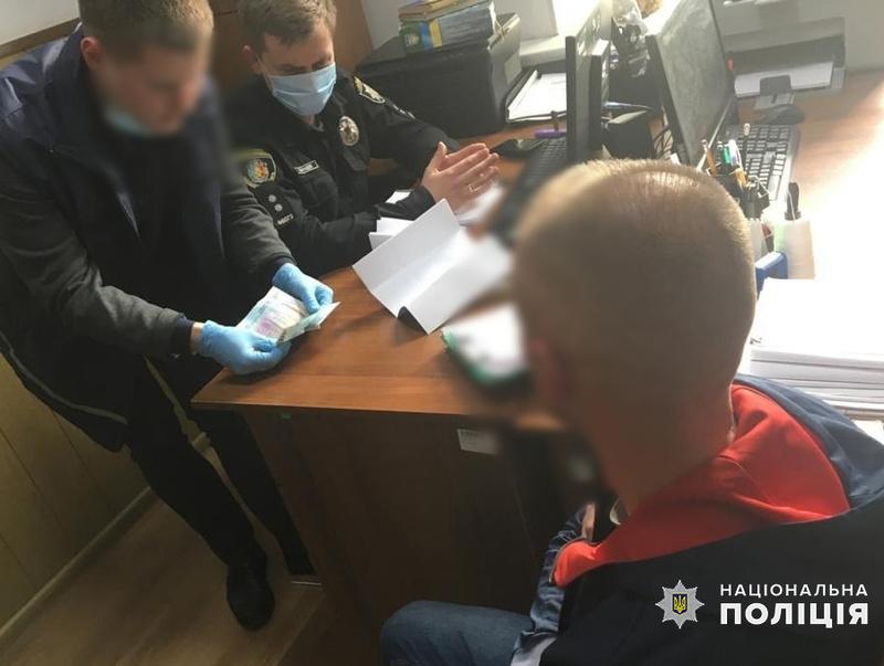 На Хмельниччині внутрішня безпека поліції затримала чоловіка на спробі підкупу слідчого поліції