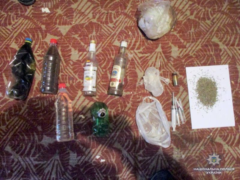 Слідчі разом з працівниками кримінальної поліції провели обшук в одній із квартир, де вилучили готовий до вживання ацетильований опій, вже використані шприци, пристрої для куріння наркотиків тощо.