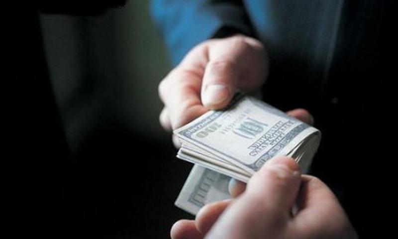 Посадовець вимагав 1000 доларів хабара за відтермінування сплати боргу та конфіскації майна