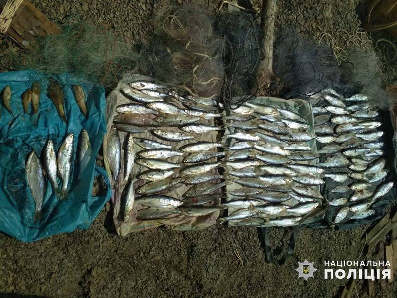 На Хмельниччині поліцейські виявили двох браконьєрів, які під час нересту ловили рибу сітками