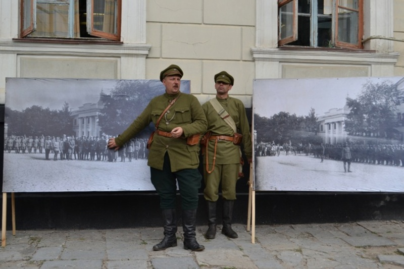 Унікальність цих фотографій в тому, що на них зображено шикування військ УНР такими, якими ми їх ще практично ніколи не бачили