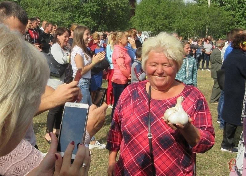 Надія Білоус з Полонщини, окрім того, що має унікальну колекцію томатів трьох сотень сортів, перцю, баклажанів, привезла на фестиваль гіганськи часник, вирощений на власному городі.