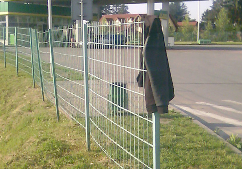 Зловмисник забрав усі цінні речі, а куртку потім залишив на дорозі