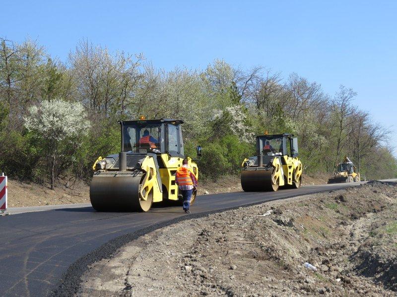 На ділянці дороги «Гуменці» триває покладання верхнього шару покриття дороги