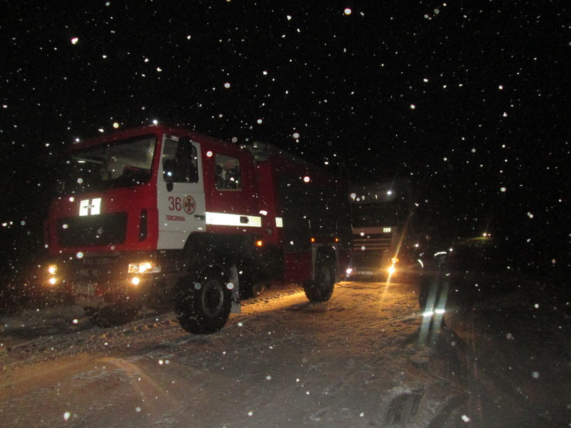 Рятувальники звільнили дві вантажівки із снігової пастки