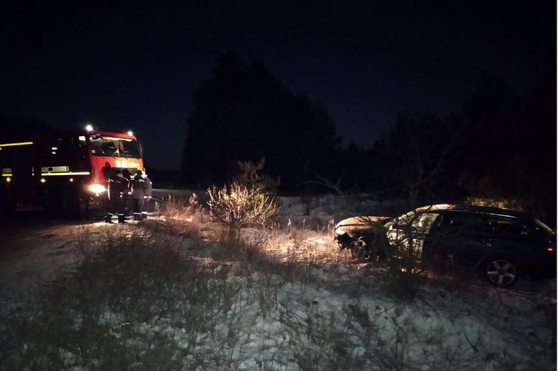 Рятувальники за допомогою лебідки витягнули автомобіль