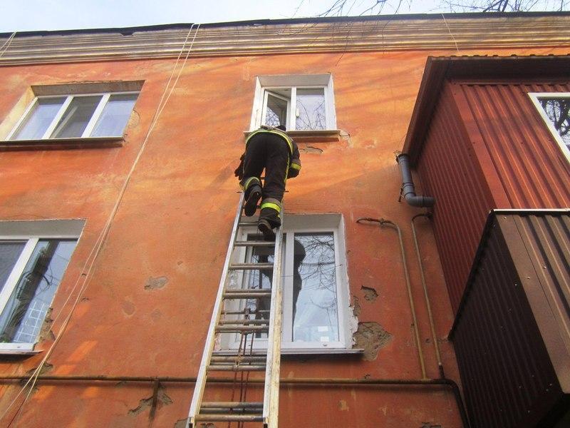 Рятувальники залізли через вікно