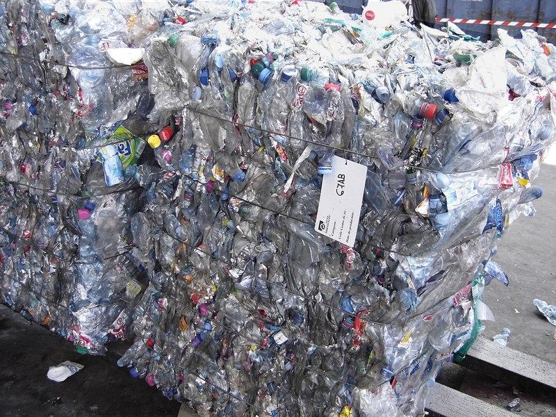 Пляшки доставляють на підприємство спресованими