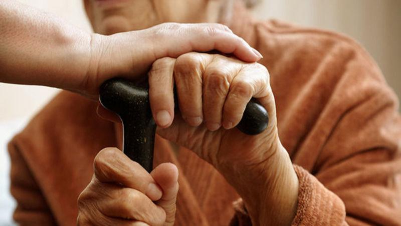Соцпрацівниця, яка мала би піклуватися про пенсіонерку, натомість споювала її