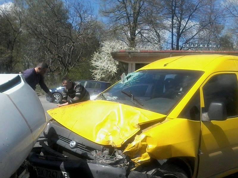 Пасажирка легковика головою пробила переднє скло.