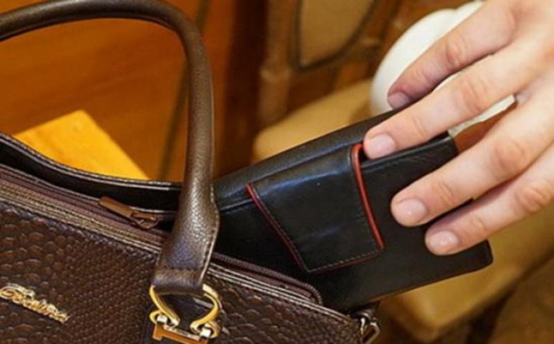 Потерпіла дізналася про крадіжку, коли на телефон з банку прийшло повідомлення про зняття з її картки готівки