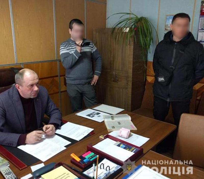 чоловіка затримали у кабінеті очільника відділу поліції оперативники УДВБ НПУ, слідчі Чемеровецького та Городецького ВП