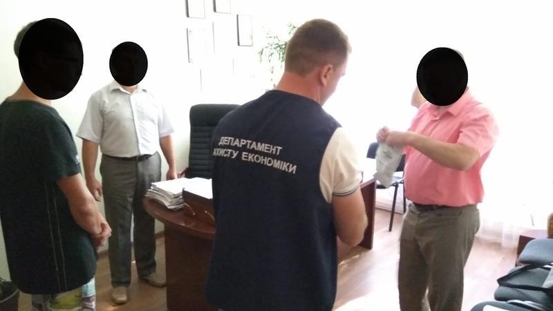 Правоохоронці Хмельниччини під час одержання неправомірної вигоди викрили керівника навчального закладу. Фото: khmel.gp.gov.ua