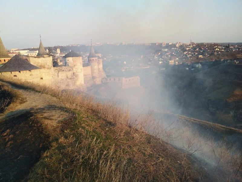 На Хмельниччині в кількох районах надзвичайникам довелося ліквідовувати загоряння сухої трави