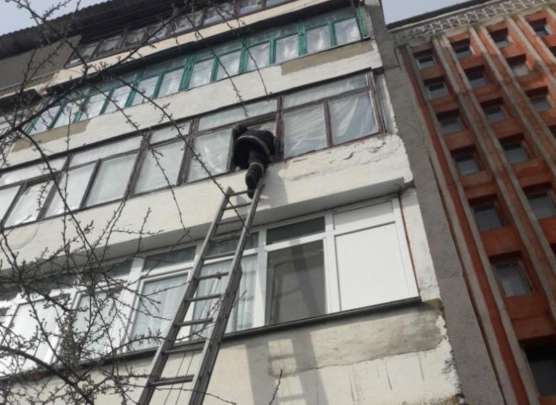 Рятувальники відчинили двері квартири, у якій знаходилася малолітня дитина