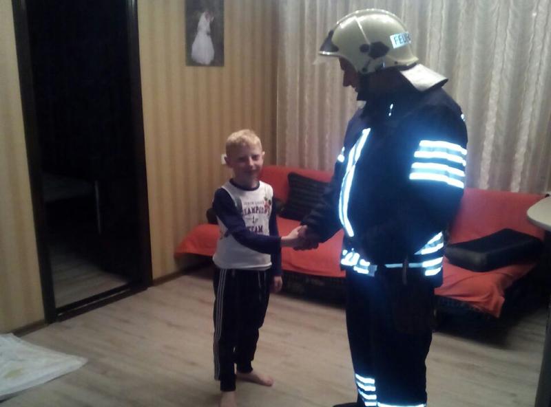 Рятувальники відкрили двері квартири, в якій знаходилась неповнолітня дитина