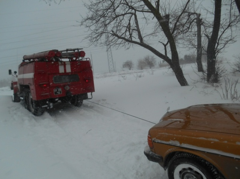 Рятувальники витягають автівки із снігових заметів