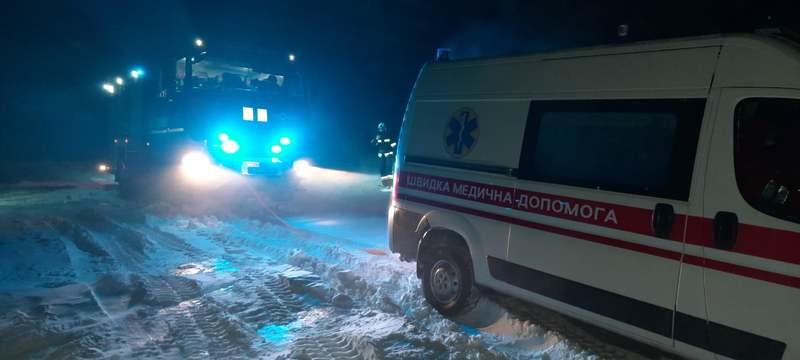 Рятувальникам довелося двічі прориватися до карет швидкої допомоги крізь снігові замети
