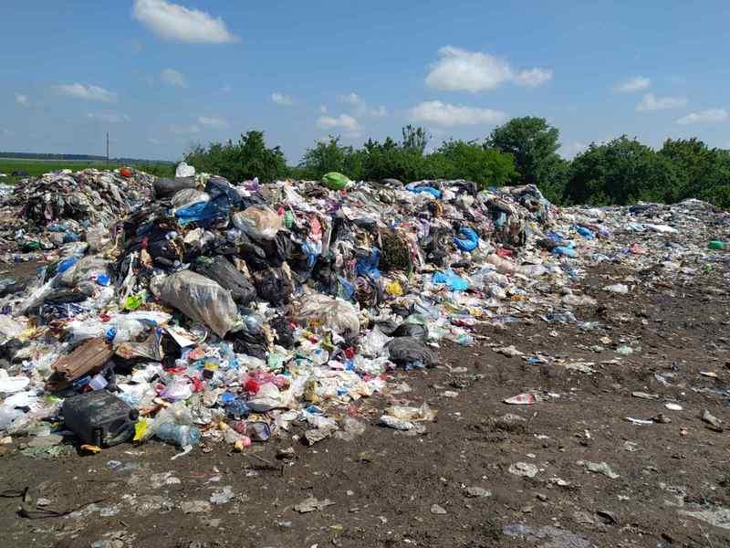 Походження сміття підтверджують знайдені шматки цінників та чеків