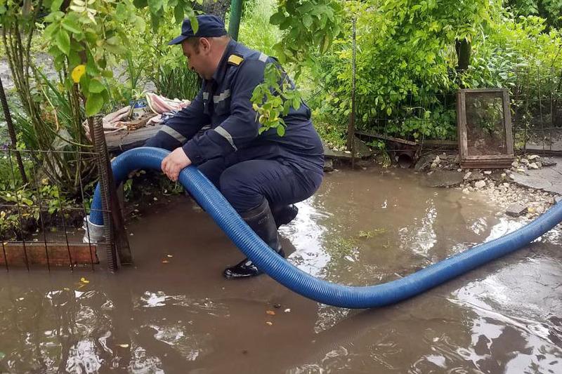 На Хмельниччині рятувальники ліквідовують наслідки негоди