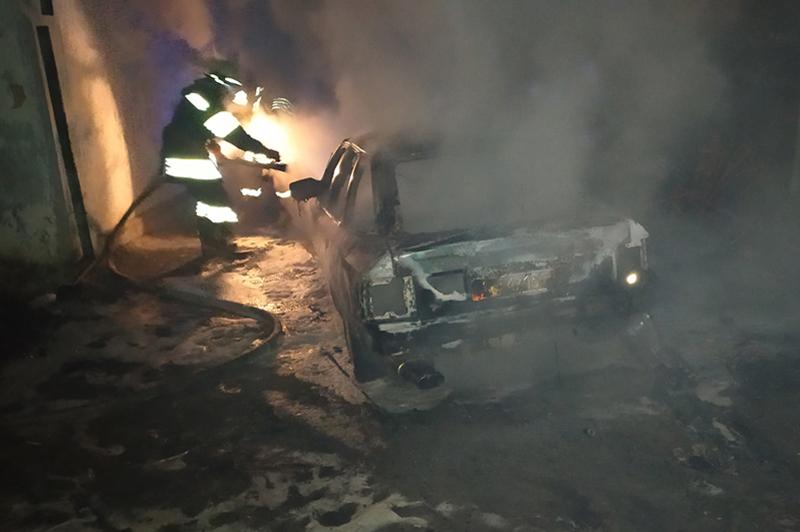 У Полонному ліквідували пожежу легкового автомобіля
