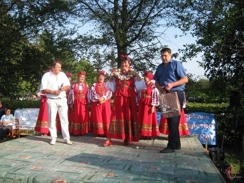 Голова громади Олег Московчук (на фото зліва), організатор фестивалю Володимир Власенко і гурт
