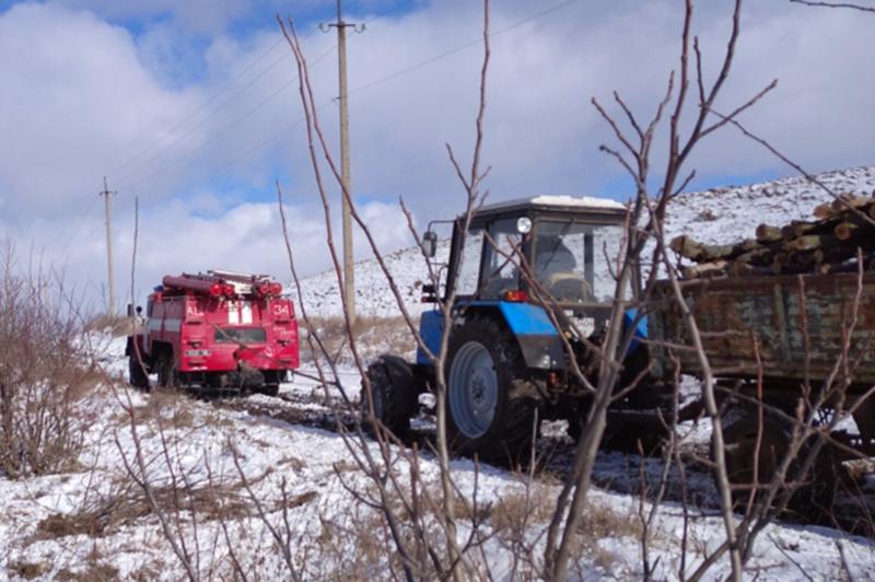 На Хмельниччині у кюветі застряг трактор