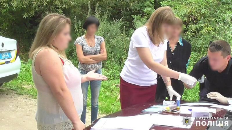 Наркотичні речовини та гроші, отримані злочинним шляхом, поліцейські вилучили