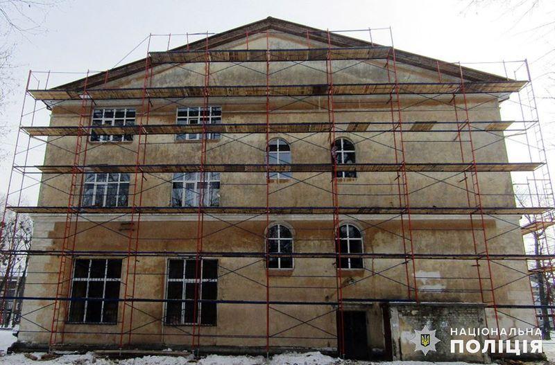 За інформацією поліції, під час капітального ремонту Ізяславського районного будинку культури підрядник заволодів понад 230 тисячами гривень