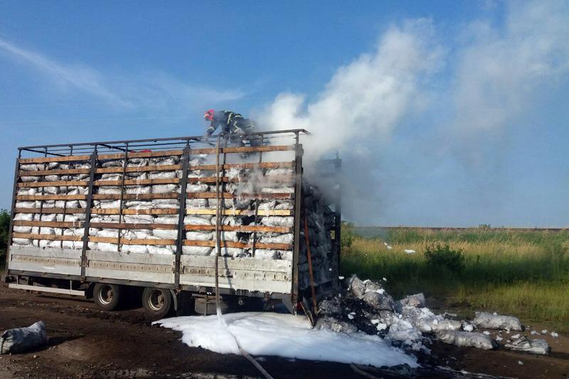 У причепі вантажівки було деревне вугілля