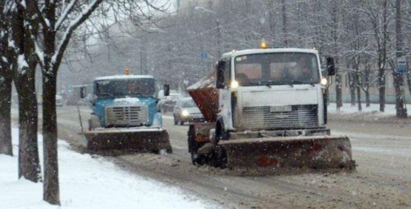 Дороги розчищають від снігу ще з ночі