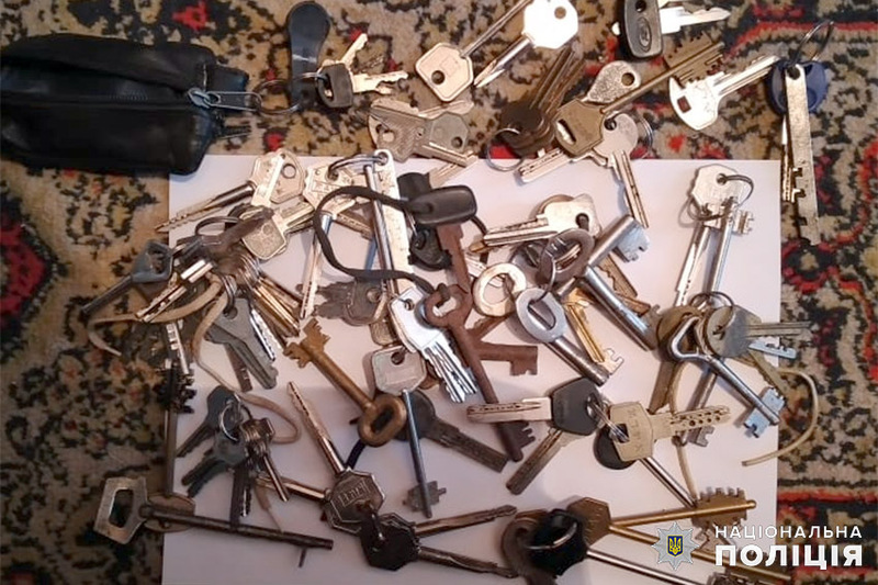 До квартир та будинків крадії проникали шляхом пошкодження металопластикових вікон або підбору ключа